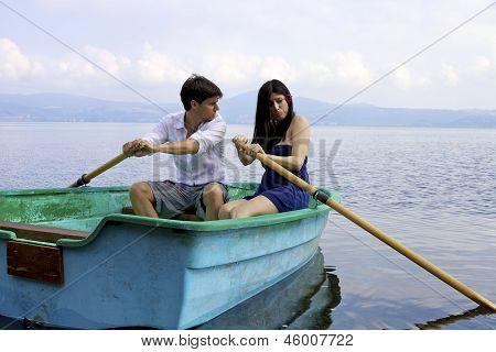 Mulher com problemas não é capaz de barco a remo