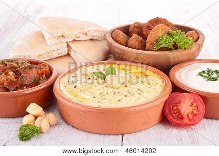 falafel, homus e pão
