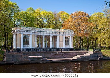 Portikus des Mikhailovsky-Parks.