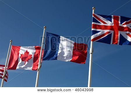 Kanadische, französische und britische Flaggen