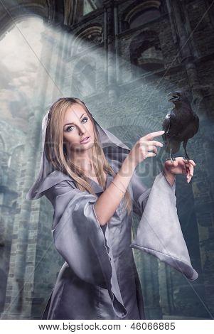 Schöne Dame mit Raven