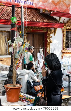 Chiang Rai , Thailand - December 5 : Unidentified Woman Donate Money And Pray To Make Merits  On Dec