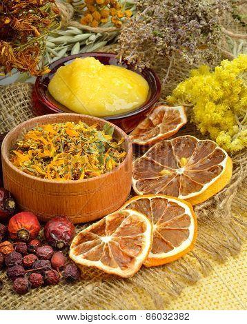 Calendula Flower, Oats, Immortelle Flower, Tansy Herb, Honey, Wild Rose, Dried Lemon.