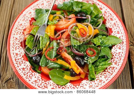 Bright Salad With Vegetables: Spinach, Tomatoes, Olives, Onion, Bell Pepper In Scarlet Plate