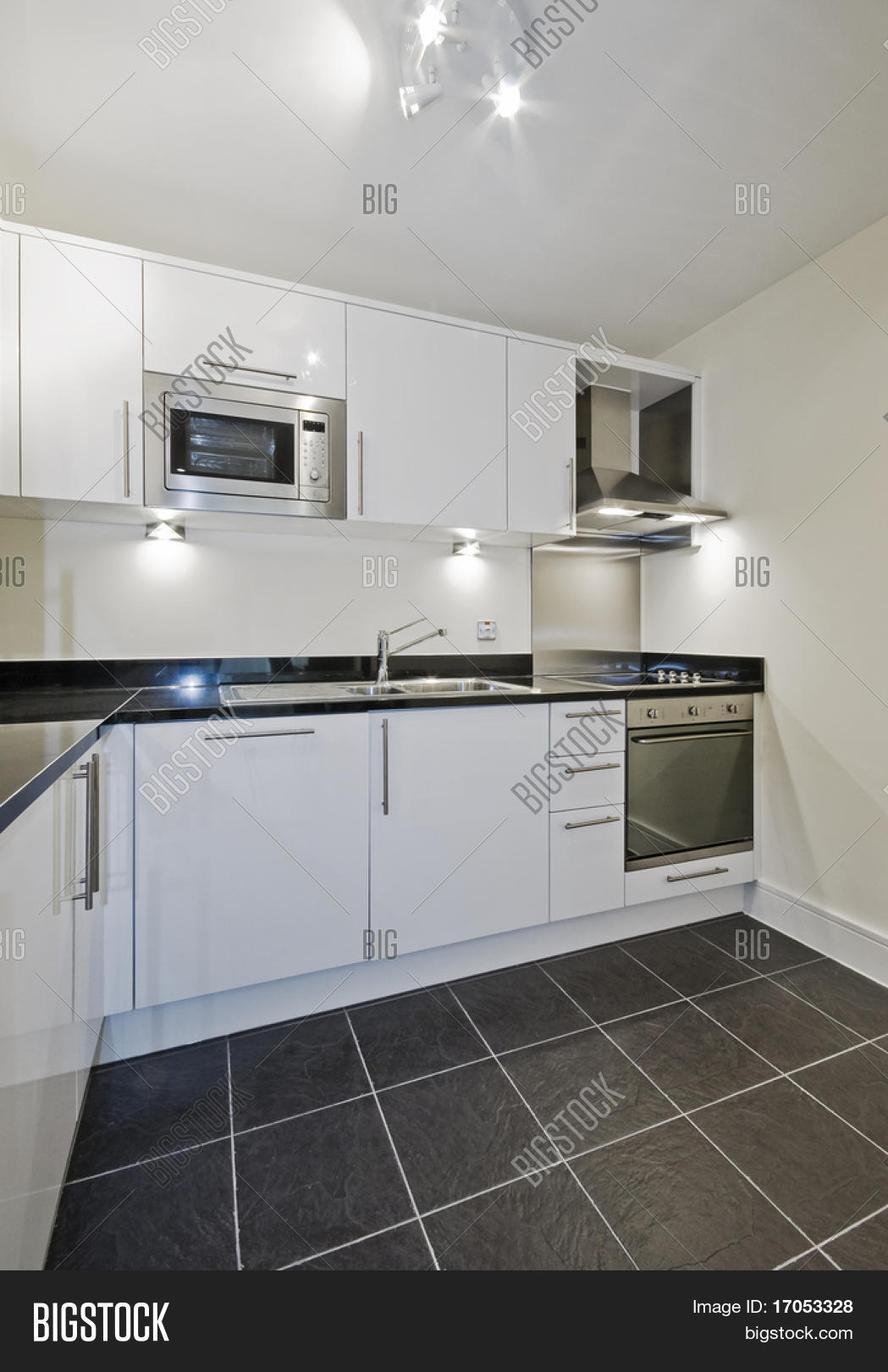 Moderne hedendaagse keuken in wit met zwarte stenen aanrecht stock ...
