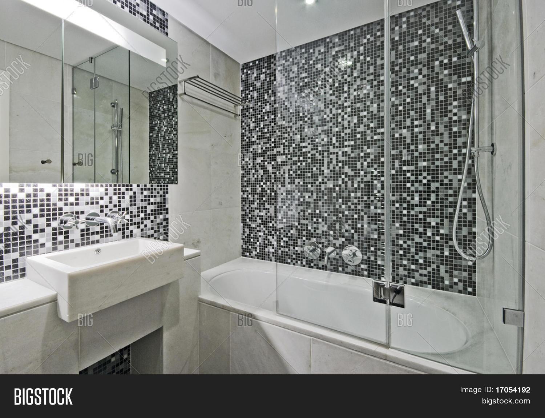 Moderno lujoso baño con gran bañera bañera y mosaico de azulejos ...