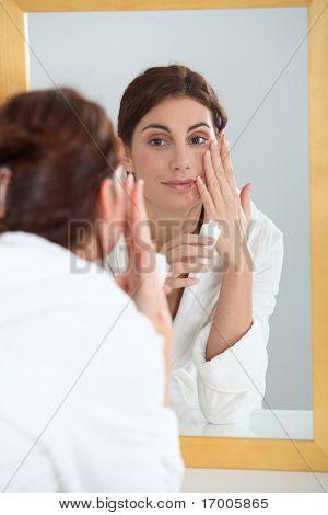Portrait of beautiful Woman Anwendung Feuchtigkeitscreme