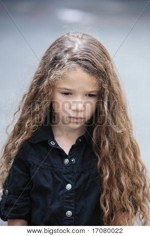 caucasian kleine Mädchen Portrait pout traurig isolierten Studio auf grauen Hintergrund