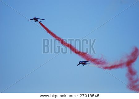 airplanes flying in formation
