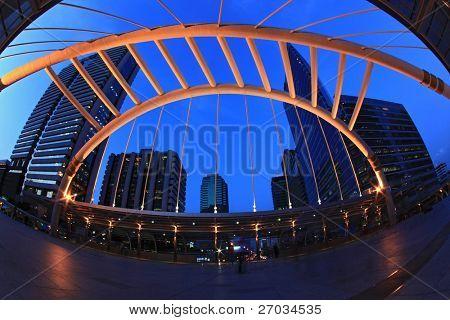 Bangkok Schamhaare Himmelspfad in Geschäft Bezirk Innenstadt Großstadt bei Nacht, Fisch-Auge Perspektive