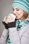 Постер, плакат: Красивой зима подростковой девушка держит кружку с горячий напиток