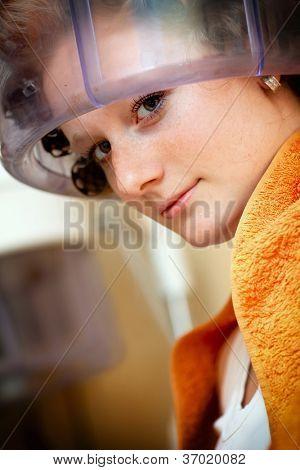 Secado de pelo en la peluquería de mujer