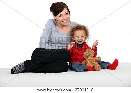 Frau und Kind mit einem Teddy-Bären
