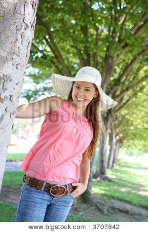 Linda mujer con sombrero en Parque