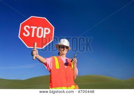 Frau Bauarbeiter mit Stop-Schild