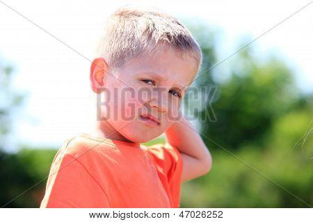 Criança infeliz expressão
