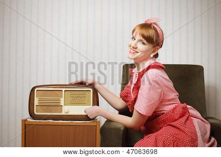 Esposa de retro casa escuchando la Radio