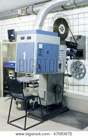 Große und alte Projektor mit Walzen für Videoband im Saal des Kino.