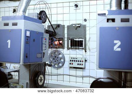 Große Projektor mit Walzen für Videoband im Saal des alten Kino.