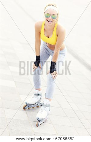 A picture of a happy rollerblader having fun in the city
