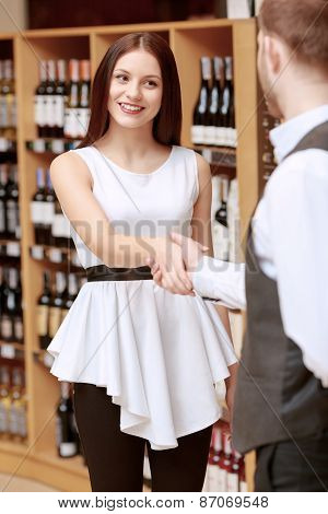 Woman meets sommelier in a liquor shop