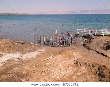 Dead Sea, Israel - Juli 14: Bathing Brine  And Mud In The Dead Sea, Israel Juli 14, 2015