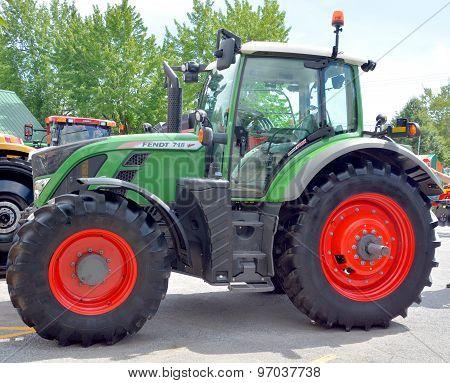 Tractor FENDT 718 Vario