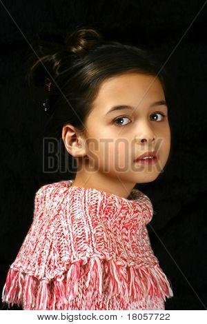 Retrato de uma jovem de ascendência de mistura, contra o fundo preto.