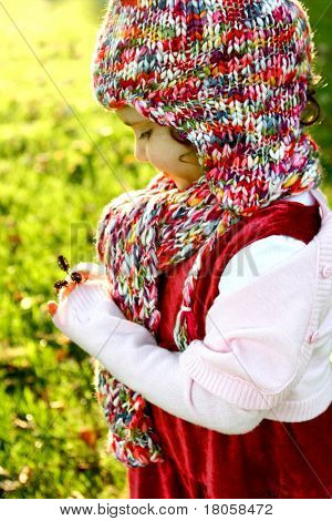 Schönes Mädchen in bunten Hut gebadet in das warme Licht der Abendsonne, wie sie die Seedhea studiert