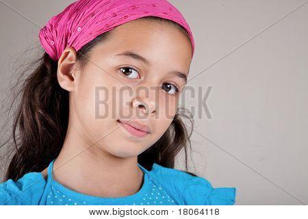 Menina bonita de ascendência europeia e asiática com lenço estampado rosa.