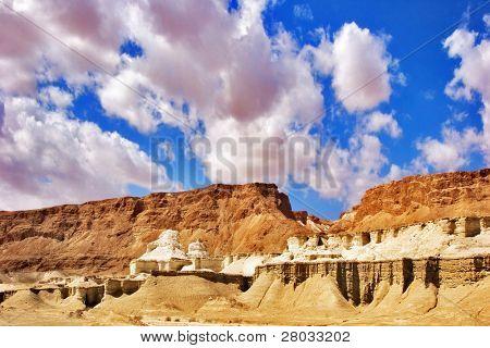 Pintorescas montañas antiguas sobre el mar muerto en Israel