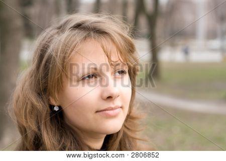 Porträt des schönen Mädchens im freien 1