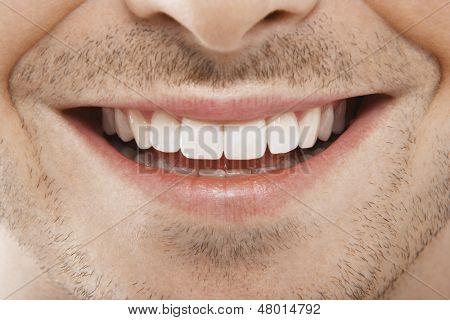 Detailliertes Bild des jungen Mannes lächelnd mit perfekte weiße Zähne