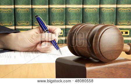 Feminino mão grava o documento no tribunal