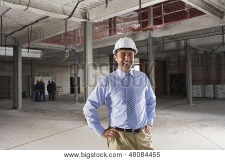 Retrato de um macho manager sorridente no estaleiro