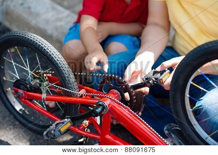 Explaining mechanism of bicycle