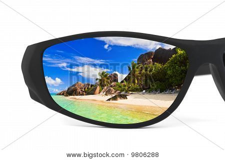 Gafas de sol y de la reflexión del paisaje marino