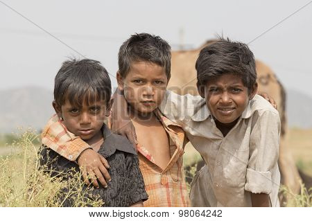 Portret Three Young Boy In Pushkar Camel Mela, India