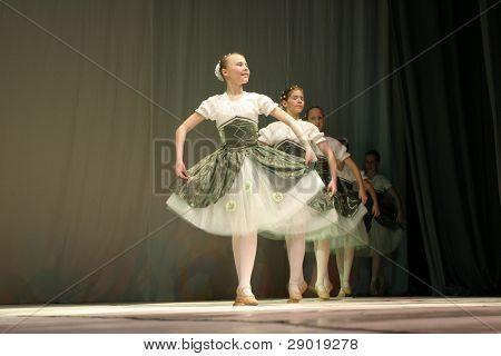 Un grupo de niñas bailando en el escenario