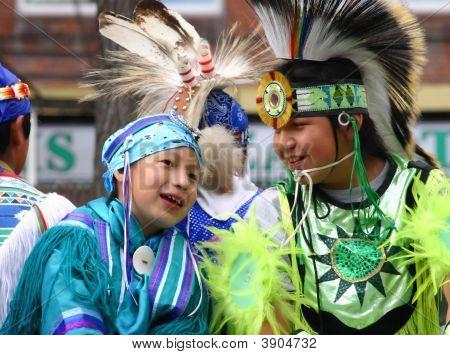 Niños indígenas en carroza del desfile
