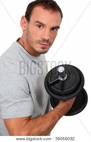 Hombre levantar una pesa