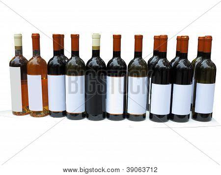 Conjunto de garrafas de vinho sem rótulo isolado sobre o branco