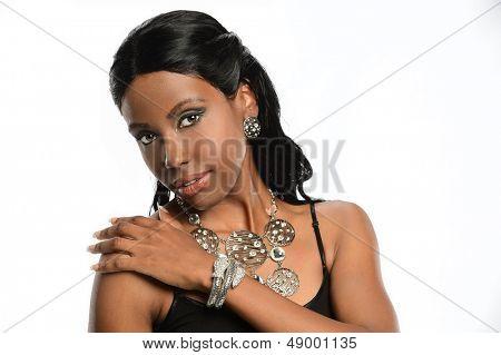 Mujer joven afroamericano llevando joyas aislado sobre fondo blanco