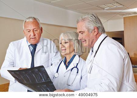 Ärzteteam beobachten Röntgenbild in einem Krankenhaus