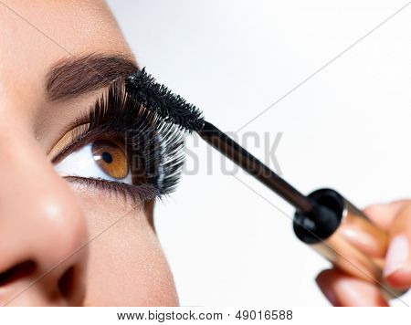 De toepassing van mascara. Lange wimpers close-up. Mascara borstel. Wimpers extensies. Make-up voor bruine ogen. E