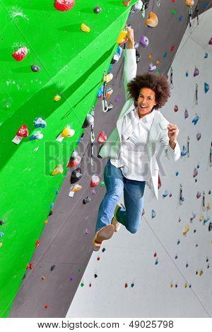 Young Business Woman hängend an der Wand, schönes Mädchen. Sie ist in einer Turnhalle