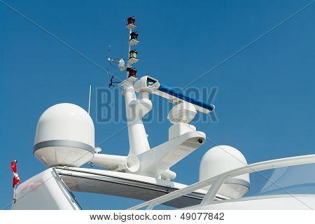 雷达和通信塔在一艘游艇上