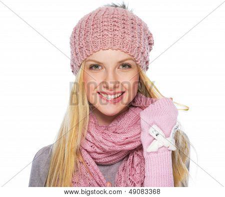 Retrato de niña adolescente feliz en ropa de invierno