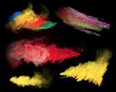Постер, плакат: Заморозить движение взрыва цветных пыли изолированные на черном фоне