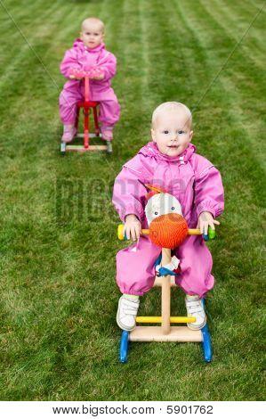Kleinkinder auf Rocking Pferden